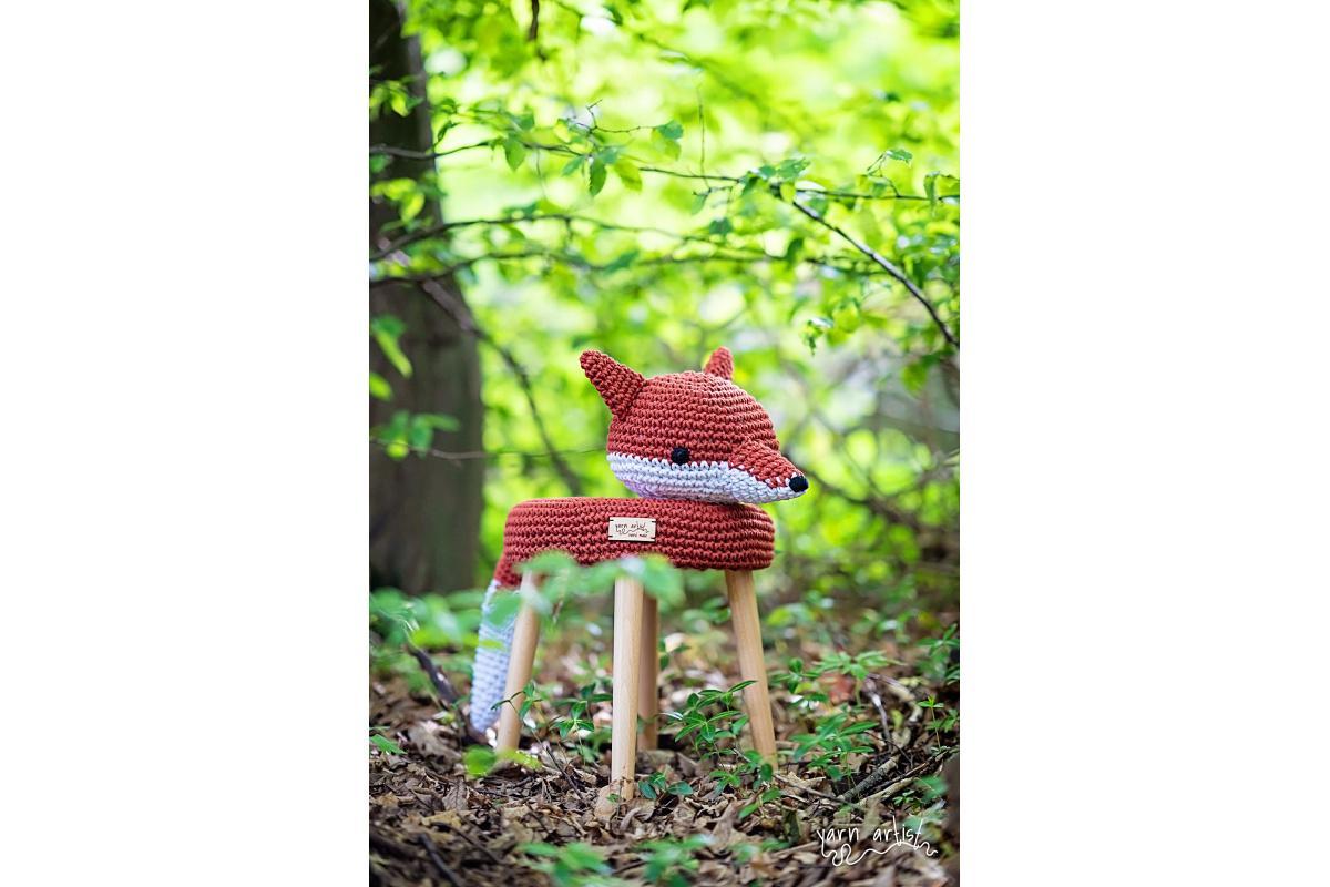 Dizajnová háčkovaná taburetka líška