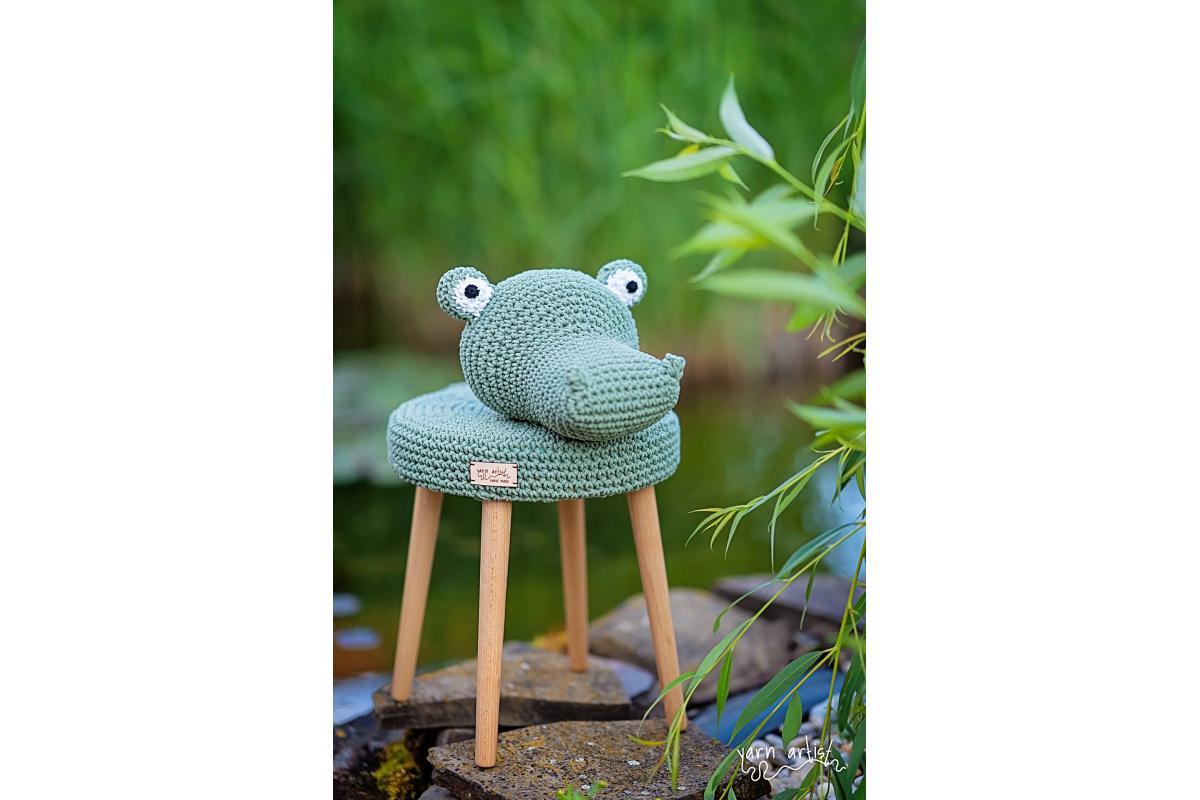 Dizajnová háčkovaná taburetka krokodíl