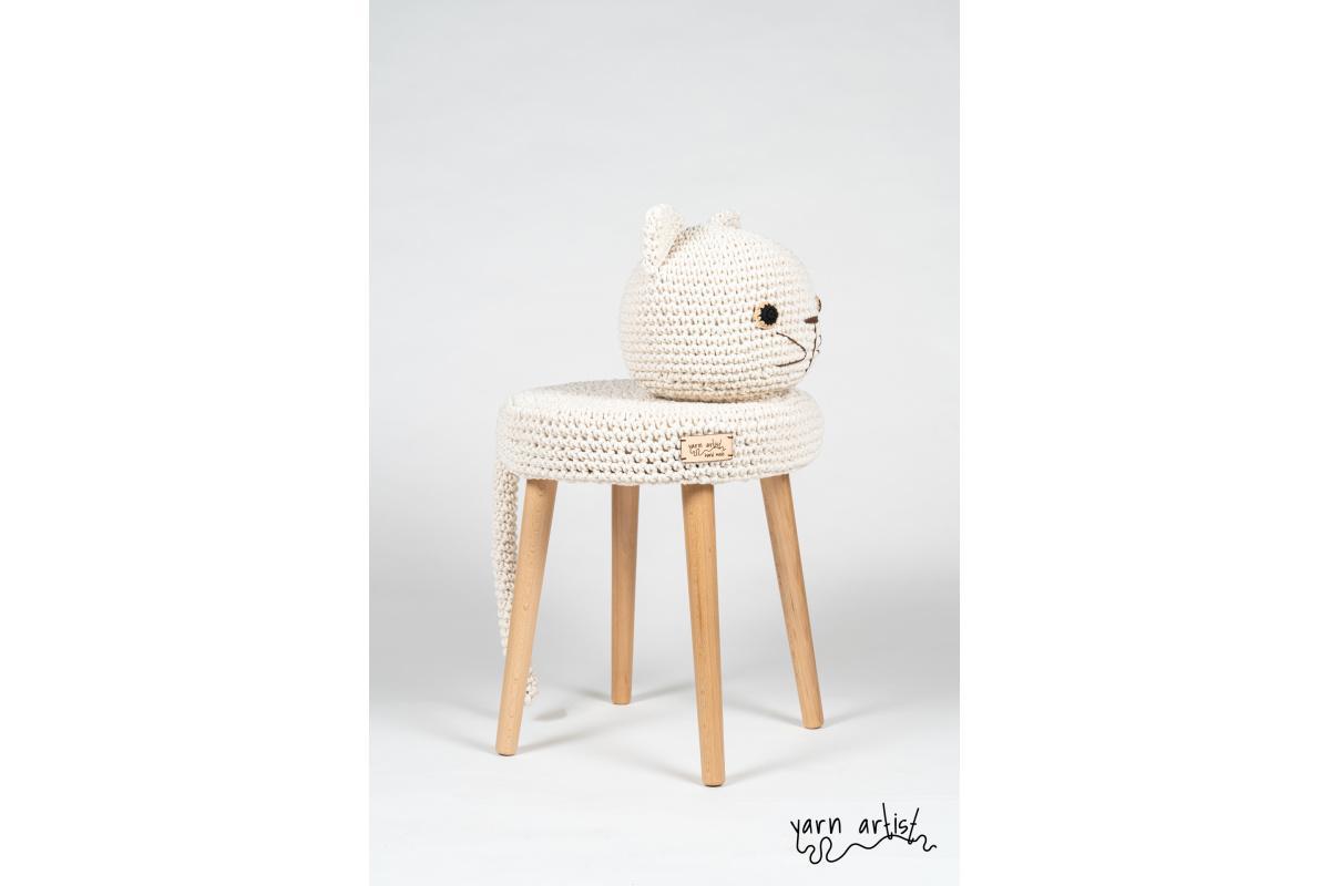 Dizajnová háčkovaná taburetka mačka