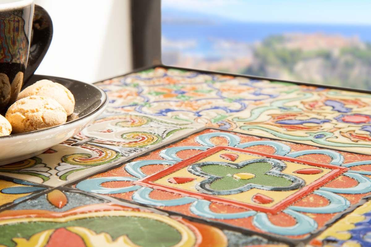 Dizajnový odkladací stolík Noelle farebný